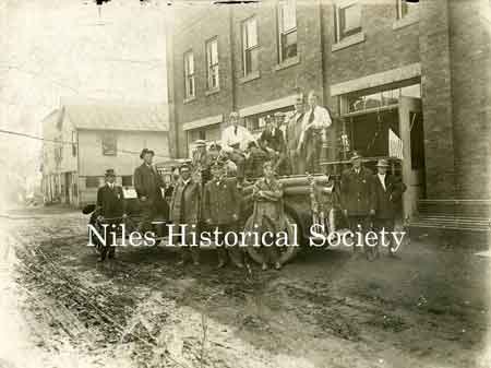 1916 photograph of Niles Fire engine and firemen.