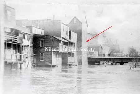 View of 1913 Flood, the back of the Mango Building is adjacent to the bridge. P01.1017